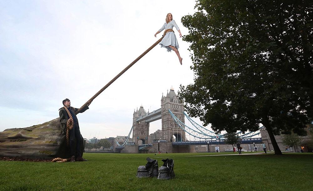 เอลลา เพอร์เนล ควง เอซา บัทเทอร์ฟิล์ด ถ่ายรูปที่ Tower Bridgeโปรโมทภาพยนตร์ Miss Peregrine's Home for Peculiar Children