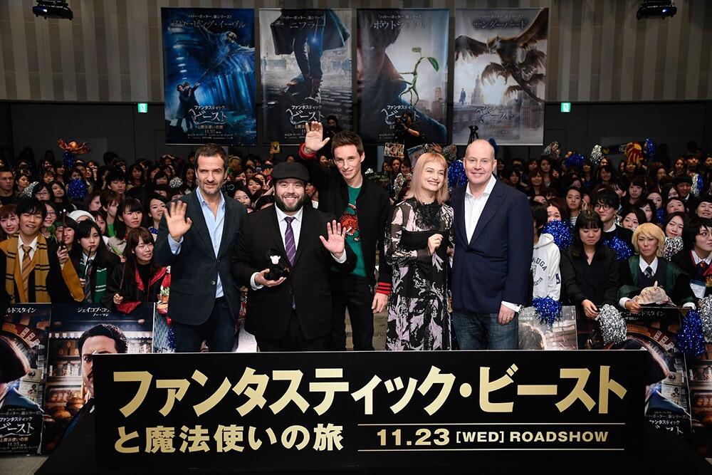แฟนคลับชาวญี่ปุ่นสุดฟิน เหล่านักแสดงและผู้กำกับร่วมงานเปิดตัวFantastic Beasts and Where to Find Them ที่โตเกียว