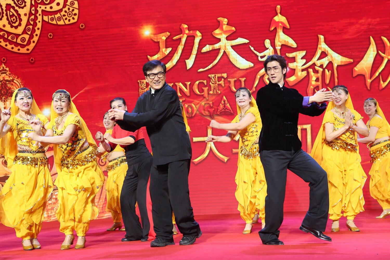 """'เฉินหลง' นำทัพนักแสดง โชว์ลีลาบู๊-เต้นเปิดตัวภาพยนตร์ """"Kung Fu Yoga"""" กลางกรุงปักกิ่ง"""